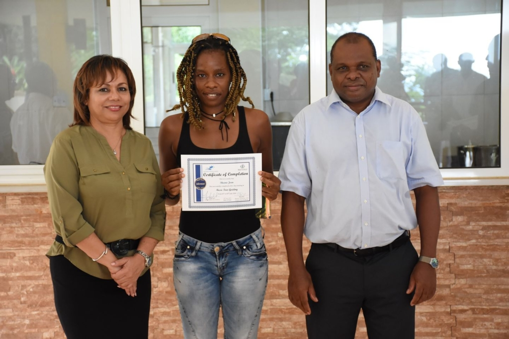 塞舌尔旅游部长的谢娜导游证书,关于我们