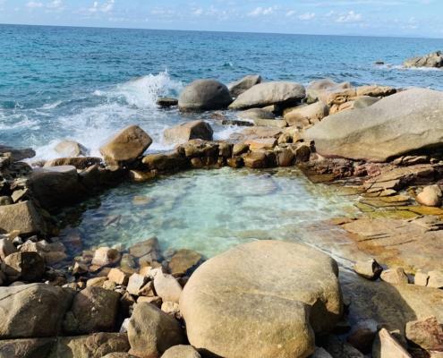 Liten klippbassäng vid Macabee Seychellerna